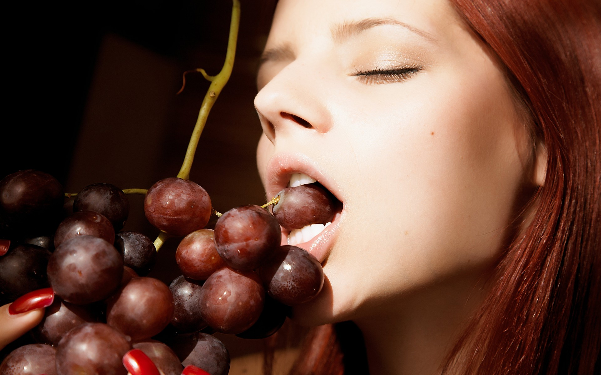women-grapes-fruits-1920x1200