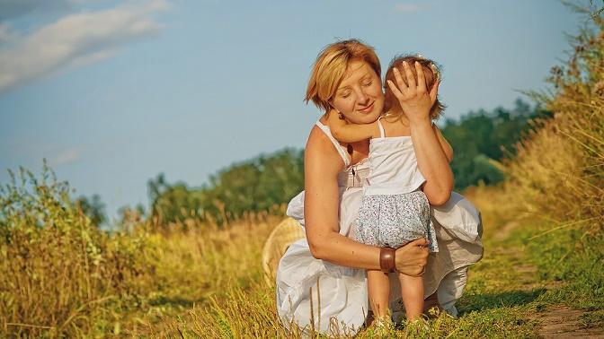 Копилка со зрелой мамой на природе